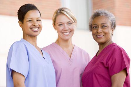 personal medico: Enfermeras de pie fuera de un hospital Foto de archivo