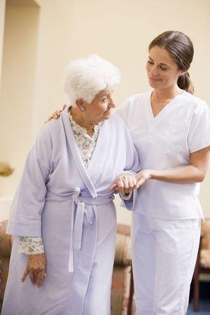 enfermeros: Ayudar a la enfermera superior de la mujer a caminar