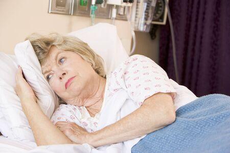 persona triste: Superior de la mujer tumbado en la cama de hospital