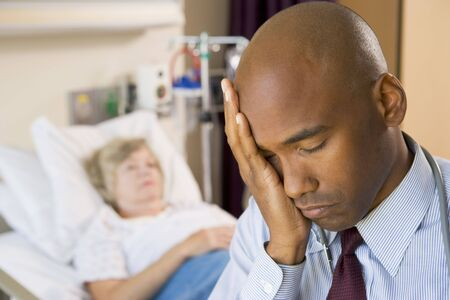 agotado: Doctor buscando cansado y frustrado habitaci�n en el hospital