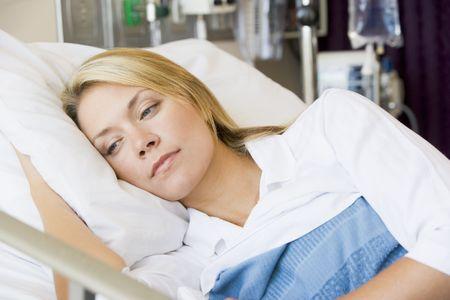 mujer en la cama: Mujer acostada en la cama de hospital