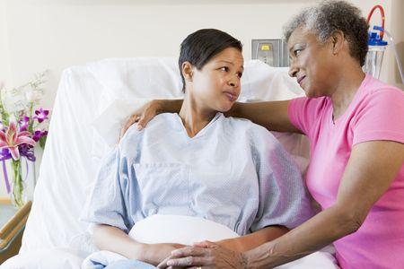 ciascuno: Madre e figlia Guardando l'altra in ospedale