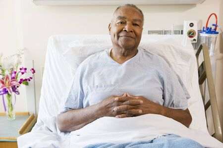 recovery bed: Senior uomo seduto Nel letto d'ospedale