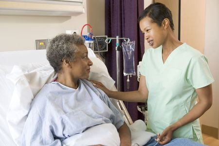 enfermera con paciente: Enfermera de hablar a los altos mujer