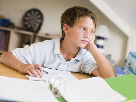 hausaufgaben: Young Boy Doing Hausaufgabenhilfe in seinem Zimmer Lizenzfreie Bilder