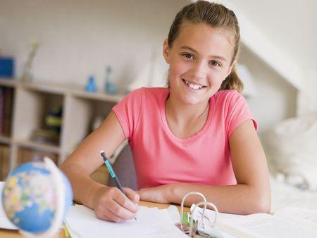 deberes: Ni�a haciendo su tarea