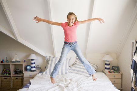 그녀의 침대에 점프 어린 소녀
