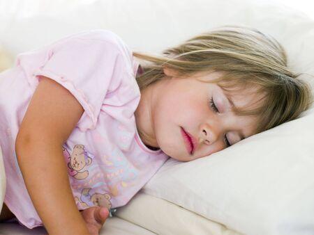 Ni�a durmiendo en su cama Foto de archivo - 3728226