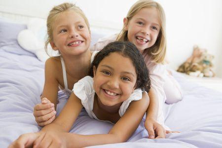 pijama: Tres ni�as situadas en la parte superior de cada uno en su pijama