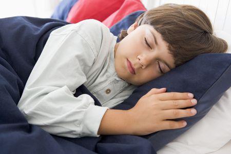 Giovane ragazzo Asleep A suo letto