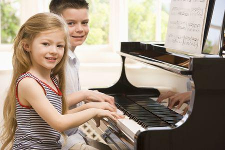 klavier: Bruder und Schwester beim Klavierspielen