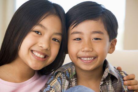 brat: Brat i siostra siedzieli na swoich Sofa At Home