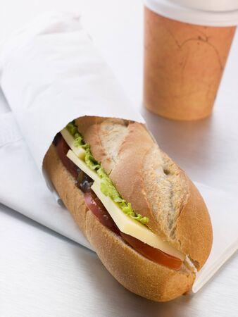 queso cheddar: Queso Cheddar, Pickle y ensalada con una Baguette llevar Caf� Foto de archivo