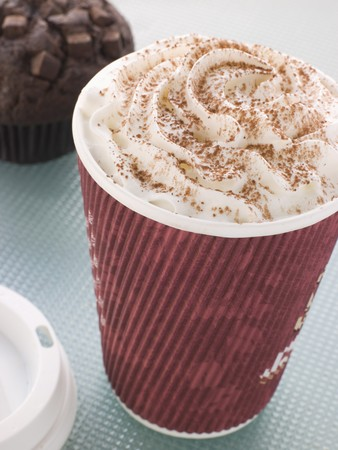 chocolate caliente: Taza de chocolate caliente con un Muffin doble chocolate
