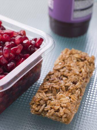 barre de c�r�ales: Les graines de grenade avec un Cereal Bar Et Berry Smoothie Banque d'images