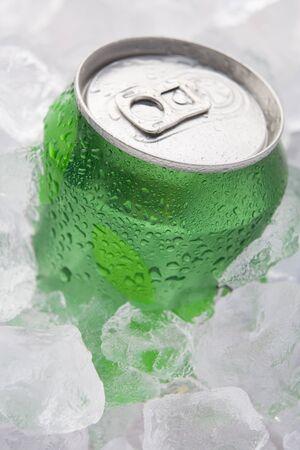 lata de refresco: Verde puede de conjunto de bebidas efervescentes en hielo  Foto de archivo
