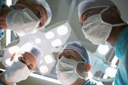 quirurgico: Vista de �ngulo bajo cuatro Cirujanos Foto de archivo