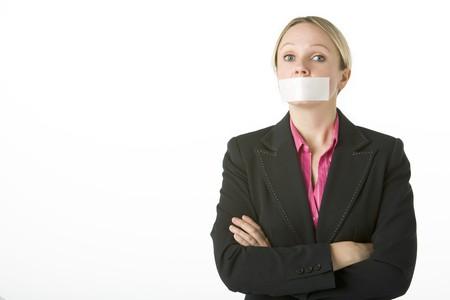 kokhalzen: Zakenvrouw Met haar armen gevouwen en afgeplakte Mouth Shut