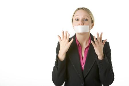 kokhalzen: Zakenvrouw met haar mond afgeplakte Shut