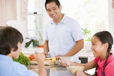 ni�os cocinando: Si bien los ni�os Desayuno Habiendo pap� Prepara la Alimentaci�n Foto de archivo
