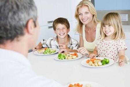 familia comiendo: Familia de comer una comida, la hora de comer juntos