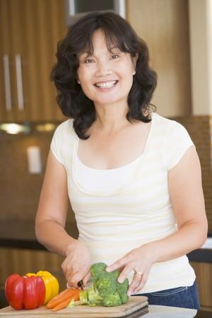 mujeres cocinando: De legumbres Cortantes