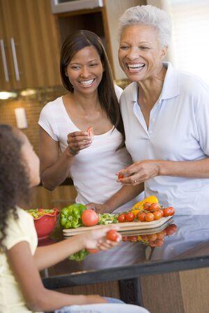 mujeres cocinando: Madre e hija Preparar comida, la hora de la comida juntos