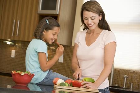 cocina vieja: Mother And Daughter Preparaci�n de la comida, la hora de comer juntos