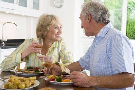 hombre comiendo: Disfrutar de la comida la pareja de edad avanzada, la hora de la comida juntos