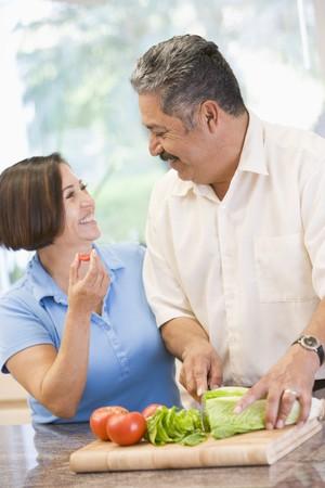 pareja saludable: Marido y mujer Preparar comida, la hora de la comida juntos Foto de archivo