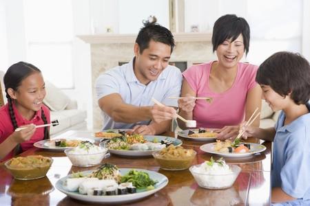 familia cenando: Disfrutando de la comida en familia, la hora de comer juntos