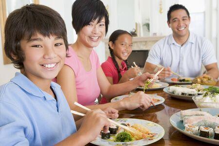 familia comiendo: Comer una comida familiar, la hora de la comida juntos Foto de archivo