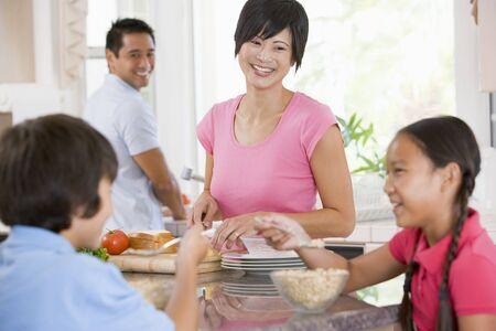 familia comiendo: Familia En La Cocina Comer Desayuno Foto de archivo