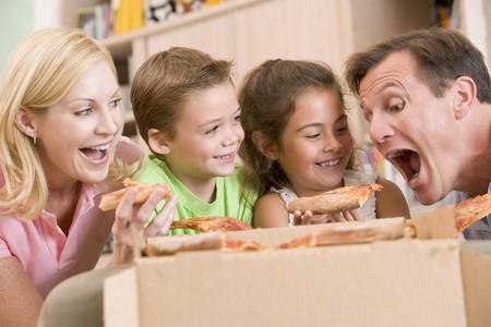 hombre comiendo: Junto familia Comer pizza