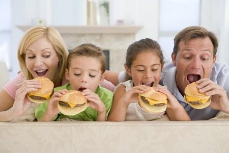 familia comiendo: Junto familia Comer hamburguesas