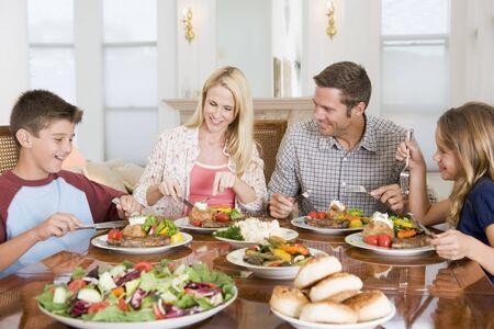 Famille Enjoying repas, repas ensemble