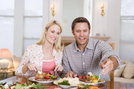 pareja comiendo: Joven Comer comida, la hora de la comida juntos