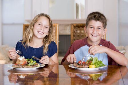Bruder und Schwester Eating Meal, Mealtime Together
