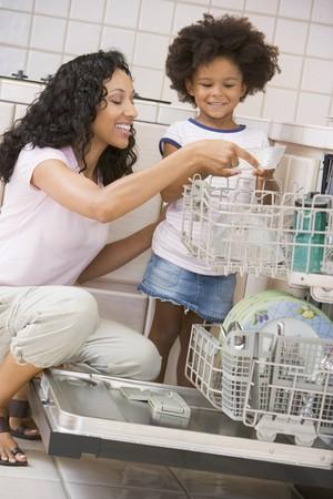 geschirrsp�ler: Mutter und Tochter Lade Geschirrsp�lmachine Lizenzfreie Bilder