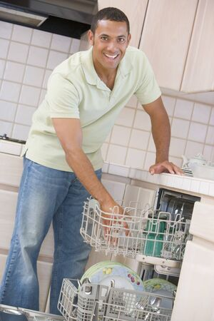 geschirrsp�ler: Man Lade Geschirrsp�lmachine Lizenzfreie Bilder