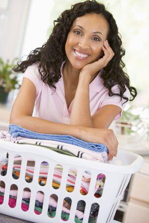 lavando ropa: Mujer apoy�ndose en Lavado En Canasta
