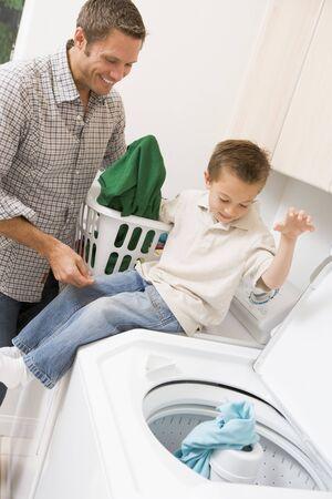 clothes washing: Padre e hijo Hacer de lavander�a