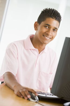using computer: Teenage Boy usando el ordenador
