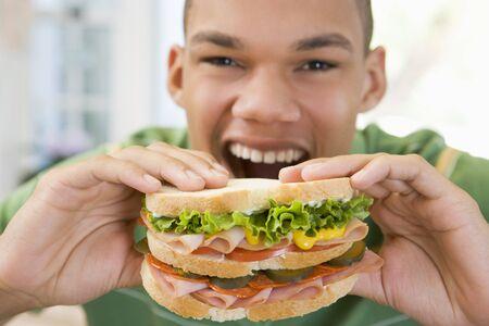 comiendo pan: Sandwich de comer de adolescentes Boy