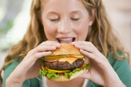 ni�a comiendo: Comer hamburguesas adolescente