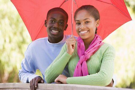 uomo sotto la pioggia: Teenage Couple