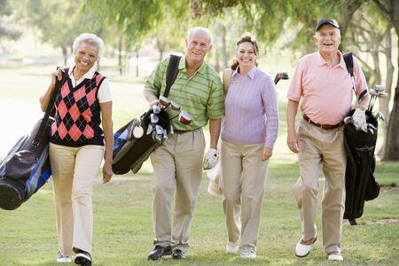 senioren wandelen: Portret van vier vrienden genieten van een Game Golf