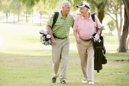 senioren wandelen: Man vrienden genieten van een partijtje golf