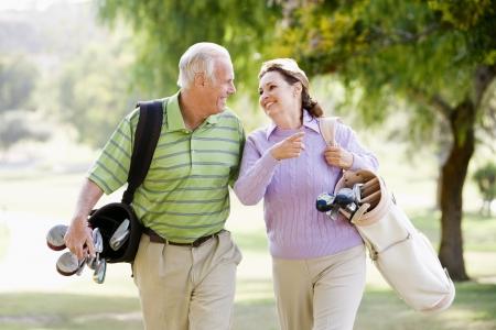 senioren wandelen: Enkele genieten van een spel van golf Stockfoto