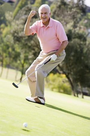 1 senior: El hombre jugando a un juego de golf